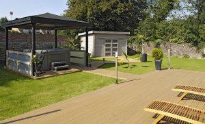 terrasse jardin et spa en lame de bois composite coloris beige clair