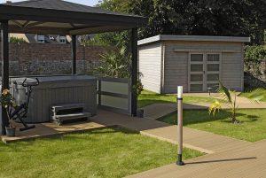 terrasse en bois composite accès à un spa et cabanon