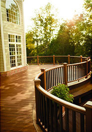 chemin de maison en lame de terrasse bois composite