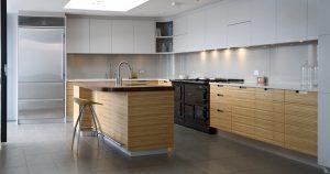 Mise en situation de la crédence blanc brillant dans une cuisine neuve