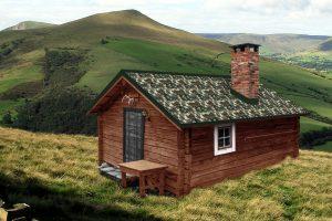 cabane couverte avec des plaque acier nervurée laquée camouflage
