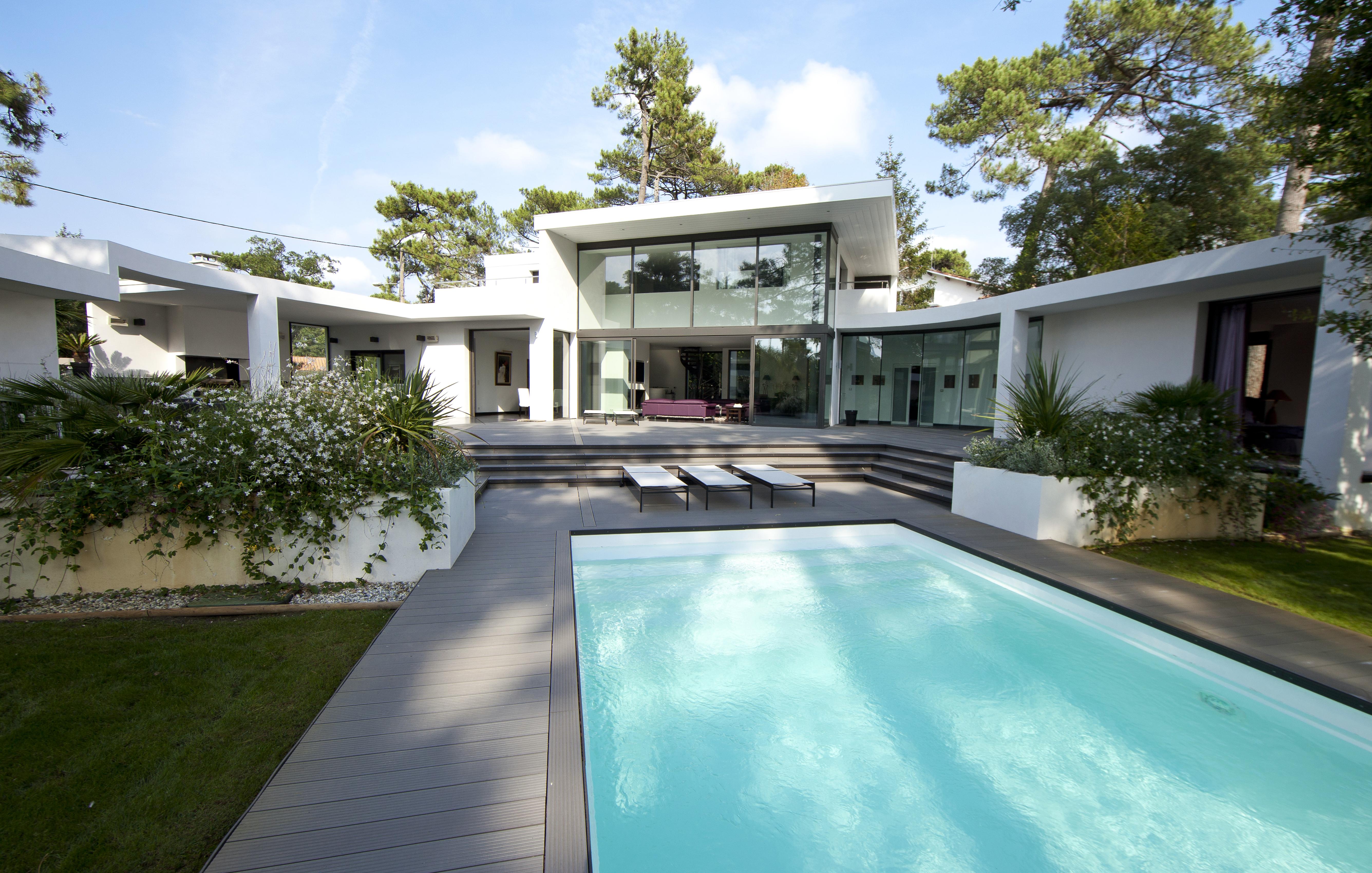 Exemple de terrasse en composite pour piscine